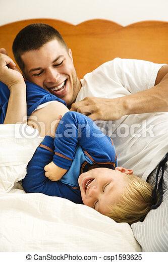 stock bilder von vati kitzeln kind kaukasier kleinkind junge und csp1593625 suchen. Black Bedroom Furniture Sets. Home Design Ideas