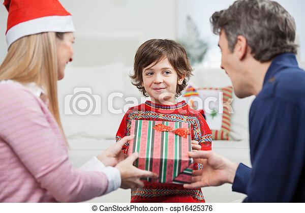 Im genes de ni o recibiendo navidad regalo de padres - Regalos padres navidad ...