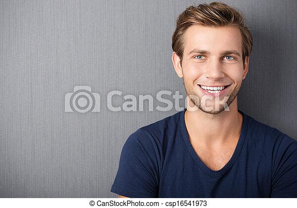 sorrindo, bonito, jovem, homem - csp16541973