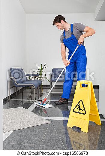 Bilder von mann putzen der boden portr t von junger for Boden putzen