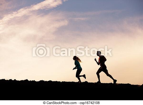 kvinna, silhuett,  wellness, spring, tillsammans, joggning, begrepp,  fitness, solnedgång,  man - csp16742108