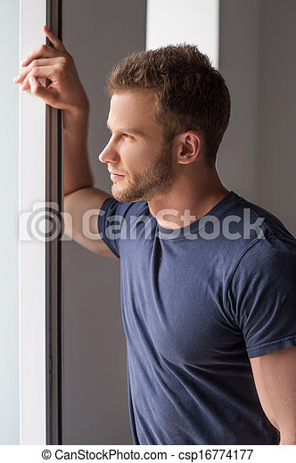 pensativo, Janela, jovem, olhar, homens, através, homem, bonito - csp16774177