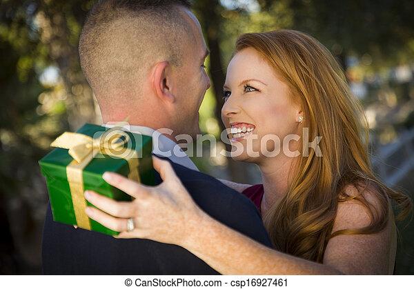 vacker, kvinna, utbyte, gåva, ung, militär, Le, stilig, jul,  man - csp16927461