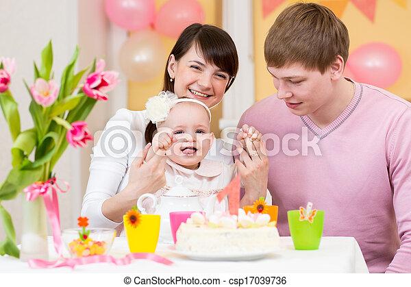 photo jeune famille c l brer premier anniversaire. Black Bedroom Furniture Sets. Home Design Ideas