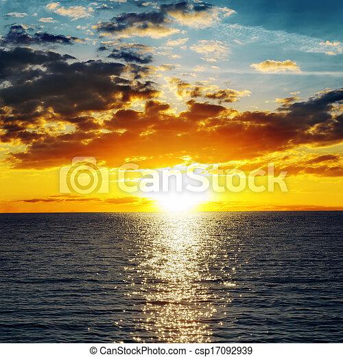 orange, wasser, aus, verdunkeln, sonnenuntergang - csp17092939