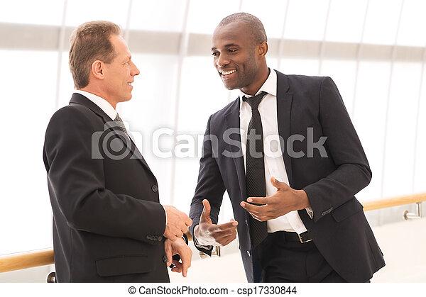 ビジネス, 男性, コミュニケーション, 2, 朗らかである, 話し, 他, それぞれ, ジェスチャーで表現する - csp17330844