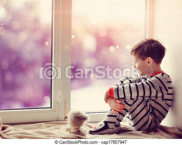 男孩, 窗口冬天 - csp17857947