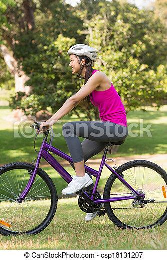 ヘルメット, 女, 自転車, フィットしなさい, 公園, 若い, 乗馬 - csp18131207