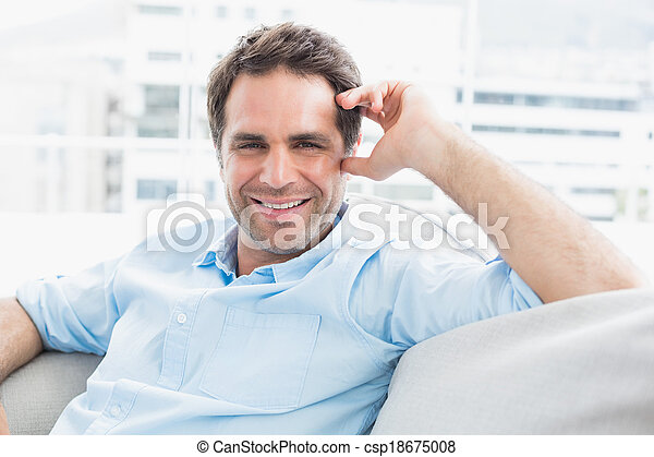 Mirar, relajante, sofá, alegre, cámara, hombre, guapo - csp18675008