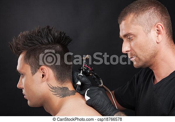 Image de professionnel tattooist dessin aigle ailes jeune csp18766578 recherchez des - Tatouage cou homme ...