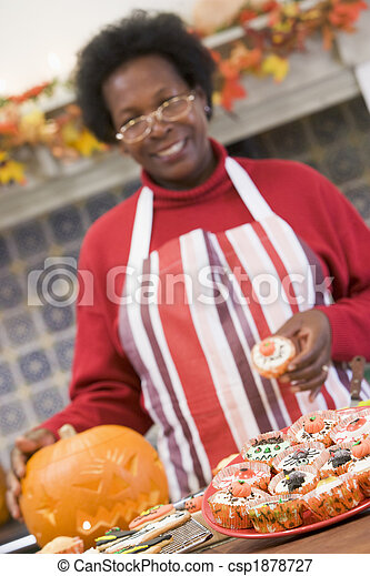 Image de femme traite halloween confection sourire for Confection cuisine