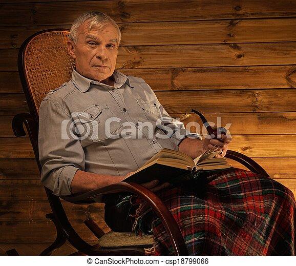 stock foto lter mann qualmende pfeife sitzen rockender stuhl h uslich h lzern. Black Bedroom Furniture Sets. Home Design Ideas