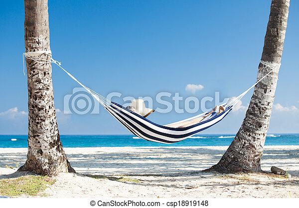 Stock de fotos de mujer playa hamaca mujer relajante en hamaca en el csp18919148 - Fotos de hamacas en la playa ...