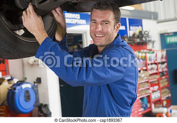 coche, sonriente, mecánico, trabajando, debajo - csp1893367