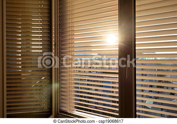 photographies de v nitien abat jour pour ombre les fen tre csp19068617. Black Bedroom Furniture Sets. Home Design Ideas