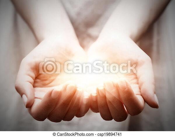 Dar, mujer, Compartir, luz, joven, ofrecimiento, protección, Manos - csp19894741