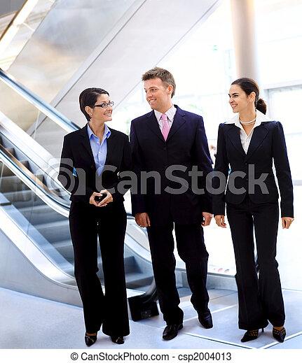 Businesspeople talking - csp2004013