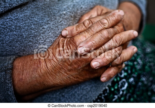 Detail on old hands of senior wrinkled woman - csp2019040
