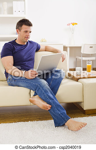 Man browsing internet - csp2040019