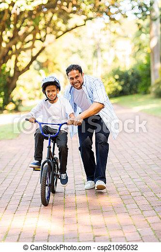 彼の, 自転車, 乗車, 父, 息子,  indian, 教授 - csp21095032