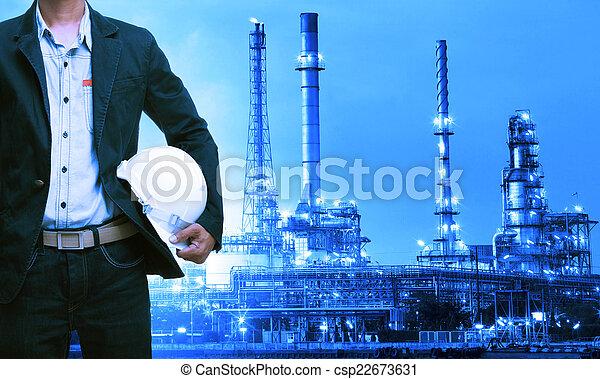 debout, casque, huile, contre, raffinerie, ingénierie, sécurité, homme - csp22673631