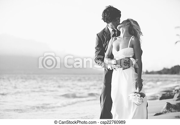 sposa, sposo, spiaggia, baciare - csp22760989