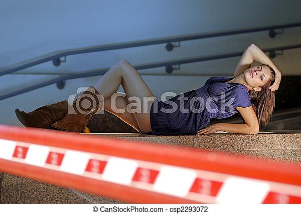 photo de garage femme belle femme mensonges pr s barre dans csp2293072 recherchez. Black Bedroom Furniture Sets. Home Design Ideas