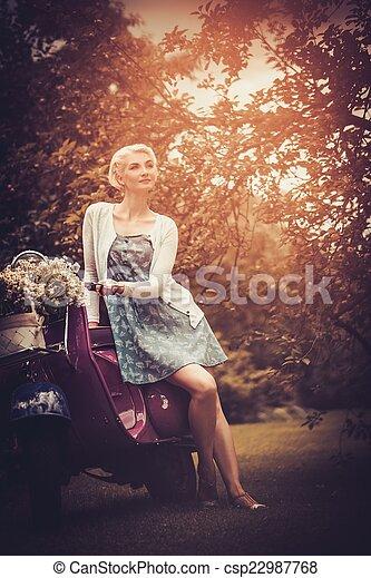 vacker, kvinna, sittande,  retro,  blond,  roller - csp22987768