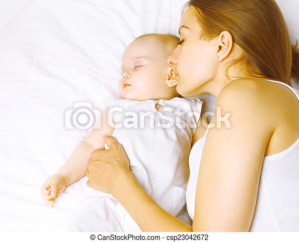 Photo maman b b dormir lit enfance maternit harmonie co image images photo libre - Location lit bebe maternite ...
