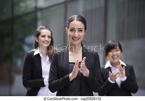3, aplaudir, mujeres de la corporación mercantil - csp23528133
