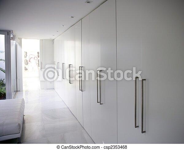 images de moderne blanc long couloir placard contemporain csp2353468 recherchez des. Black Bedroom Furniture Sets. Home Design Ideas