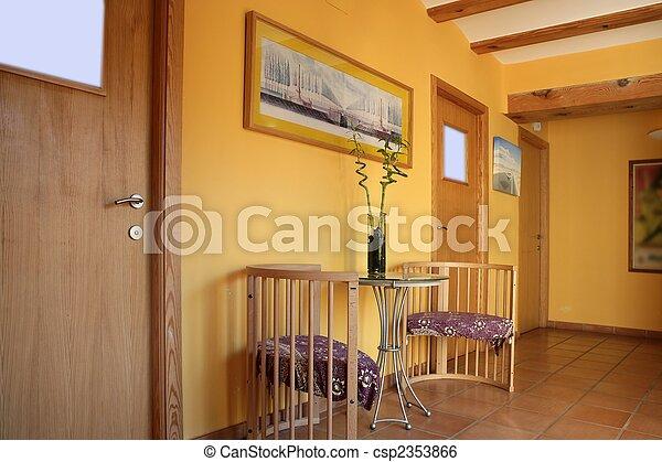 image de lobbit couloir jaune bois rayons espagnol lobbit csp2353866 recherchez des. Black Bedroom Furniture Sets. Home Design Ideas