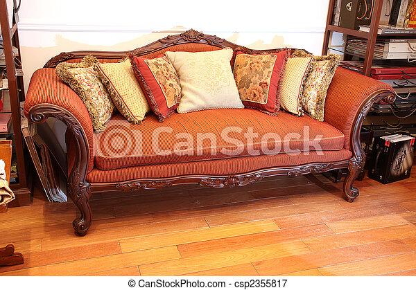image de sofa ancien rouges d coup bois sofa oreillers csp2355817 recherchez des. Black Bedroom Furniture Sets. Home Design Ideas