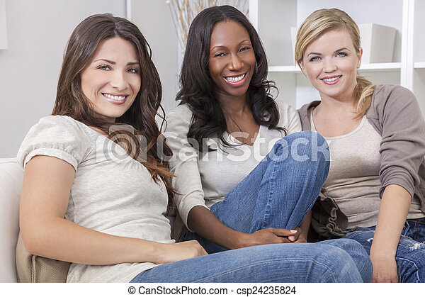 hermoso, grupo, tres,  interracial, sonriente, amigos, mujeres - csp24235824