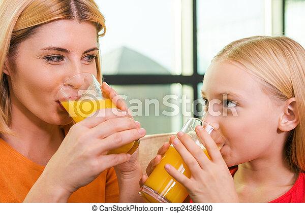 photo appr cier frais jus ensemble gai m re fille boire orange jus regarder chaque. Black Bedroom Furniture Sets. Home Design Ideas