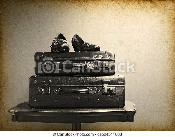 bilder von weinlese, tisch, schuhe, koffer - vintage, koffer, und, Esszimmer dekoo