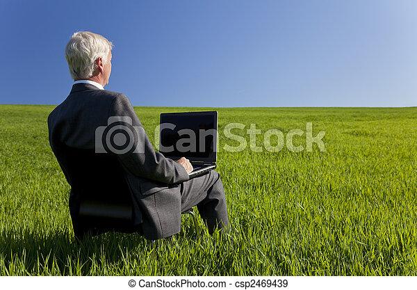 blå, begrepp, skott, affär, äldre, laptop, styrelse, manlig, fält, dator, grön, lokalisering, inte, användande, sky., visande, studio. - csp2469439