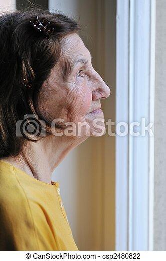 femme,  solitude,  -, regarder, fenêtre, par, personne agee - csp2480822