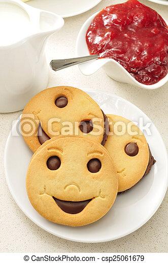 bilder von marmelade kekse smiley a platte mit einige smiley csp25061679 suchen. Black Bedroom Furniture Sets. Home Design Ideas