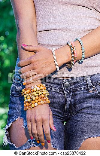 Браслеты на руку для женщин сделан