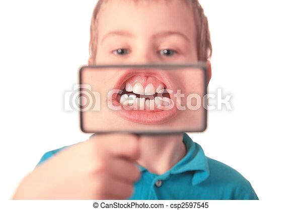 男孩, 放大器, 透過, 顯示, 牙齒 - csp2597545