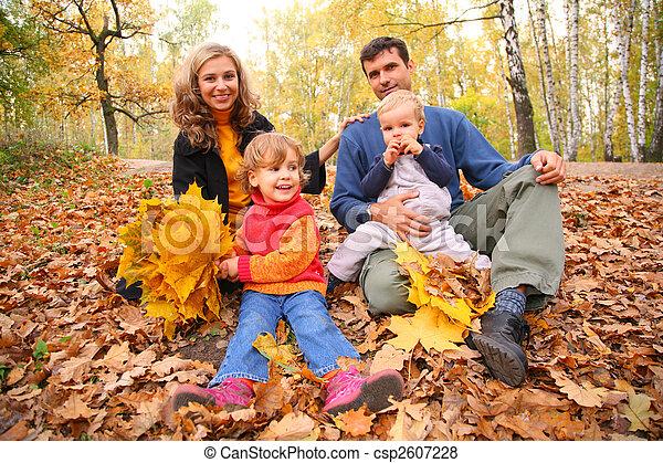 bilder von familie von vier mit gelber ahorn bl tter. Black Bedroom Furniture Sets. Home Design Ideas