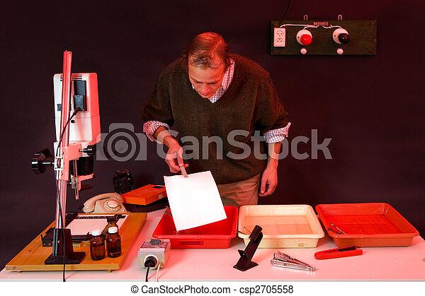Plaatjes van donkere kamer bezig met afdrukken van fotograaf bezig csp2705558 zoek naar - Foto van ouderlijke kamer ...