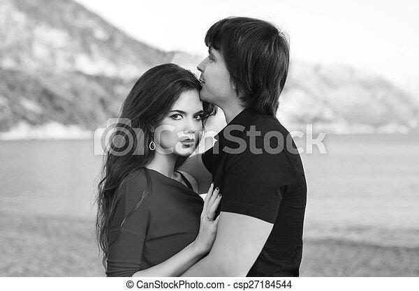 photo de romantique ext rieur couple amour wh noir portrait csp27184544 recherchez. Black Bedroom Furniture Sets. Home Design Ideas