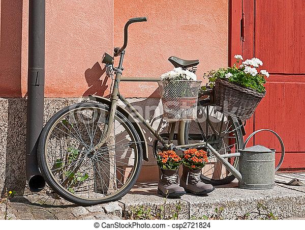 Stock foto von dekorativ fahrrad dekoration mit altes fahrrad und csp2721824 suchen - Gartendeko fahrrad ...