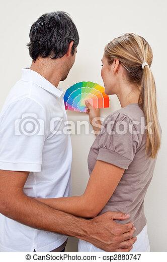 image de heureux couple choisir couleur peinture leur chambre csp2880747 recherchez. Black Bedroom Furniture Sets. Home Design Ideas