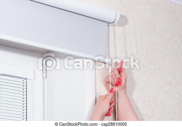 Fenster schließen clipart  Stock Fotografie von fenster, frau reicht, rollen, schließen ...