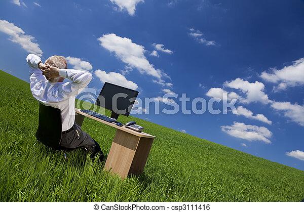 relaxante, escritório, campo, verde, escrivaninha, homem - csp3111416