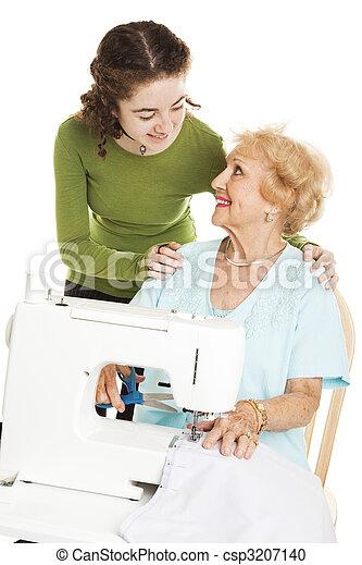 Maman adolescente regarde la