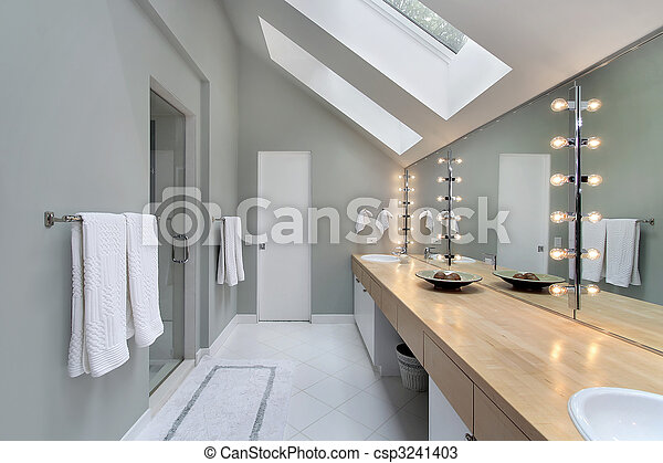 Badezimmer mit dachfenster  Stock Foto von badezimmer, dachgeschoss, dachfenster - Loft ...